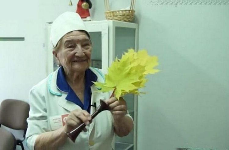 Этой прекрасной женщине уже 94 года, но она ходит на работу пешком и всегда на каблуках!